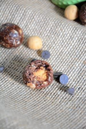 Chocolate Peanut Butter Cup Protein Bites | Curb any chocolate penaut butter cup craving with these protein bites that are healthy and come together in a jiffy! #chocolate #peanutbutter #proteinbites #healthy #glutenfree