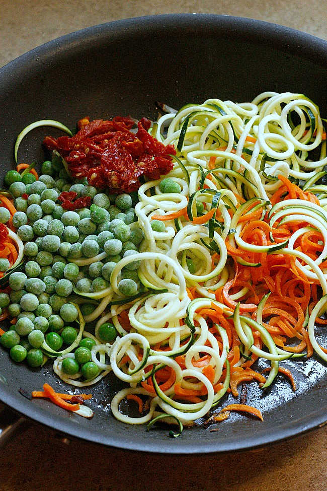 A 30 minute meal that is bursting with flavor from zucchini noodles, fresh vegetables and topped with pesto and mango! Summer flavors right here! #spiralized #lowcarb #zoodles
