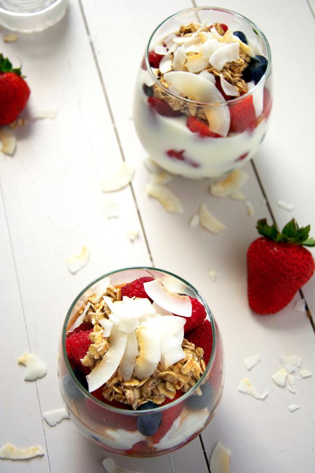 Maple Cinnamon Oats and Vanilla Greek Yogurt Parfaits with Fresh Fruit | #healthy, #breakfast #yogurt #parfait