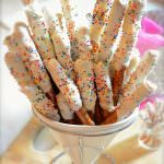 Cake batter & white chocolate dipped pretzels make a fun birthday treat! Sweet, salty and completely irresistible! #dessert #easy #funfetti #chocolatedippedpretzels