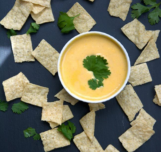 Flavorful skinny queso dip made with american cheese, almond milk and greek yogurt to provide extra creaminess but with fraction of the fat! A creamy and healthy spin on the classic mexican dip!
