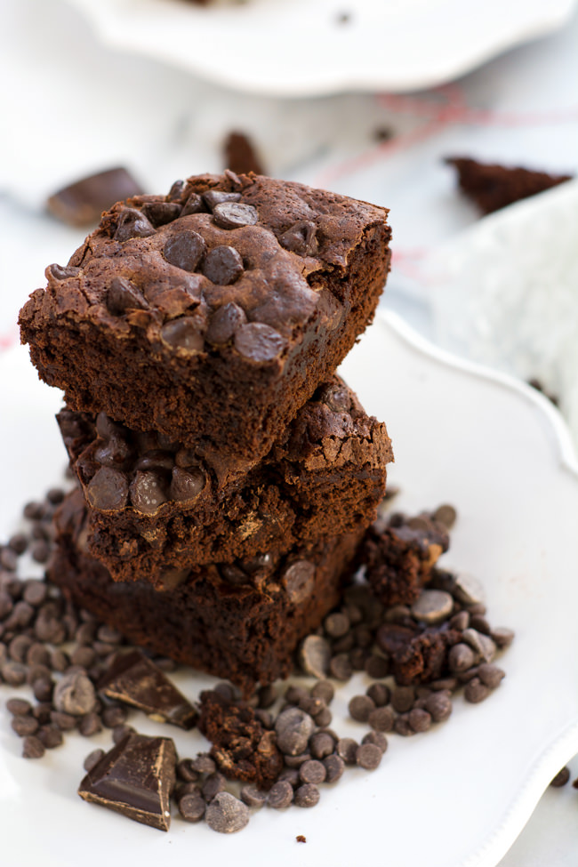 With only one bowl and three types of chocolate, these Healthier Triple Chocolate Fudge Brownies are the pure bliss! #chocolate #healthy #dessert #brownies