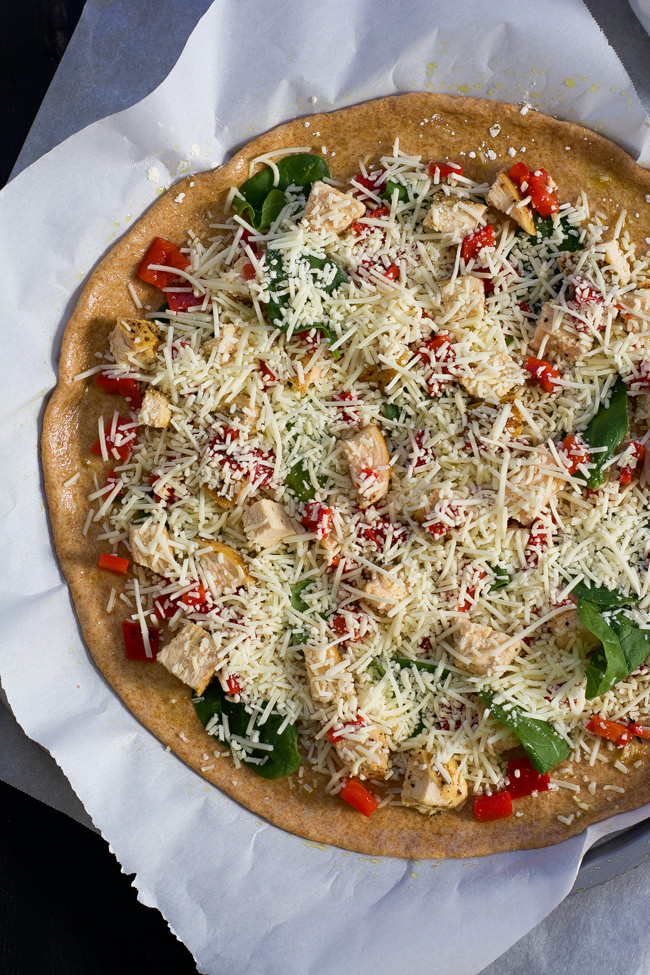 Spinach, Roasted Red Pepper and Chicken Pizza with Garlic Whole Wheat Crust is nutty, slightly sweet, savory and garlicky all in one bite! #healthy #Pizza #wholewheat #whitepizza