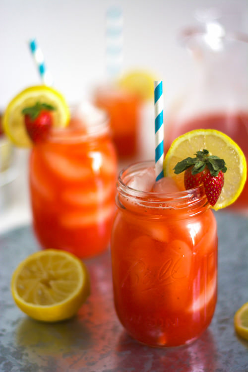 Skinny Sparkling Strawberry Lemonade | The Housewife in Training Files