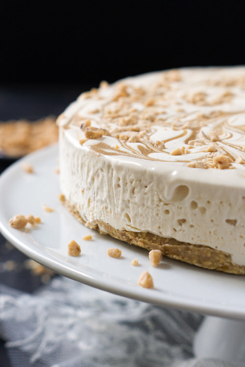 Skinny Toffee Caramel Ice Cream Cake with Oatmeal Cookie Crust | The Housewife in Training Files